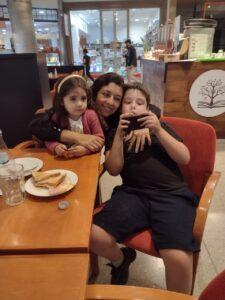 Genaro junto a su madre y hermana pequeña